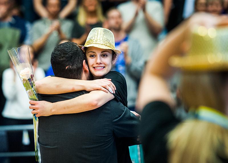 Katie Bussey kramar om coach Jens Tillman efter seger mot Udominate.