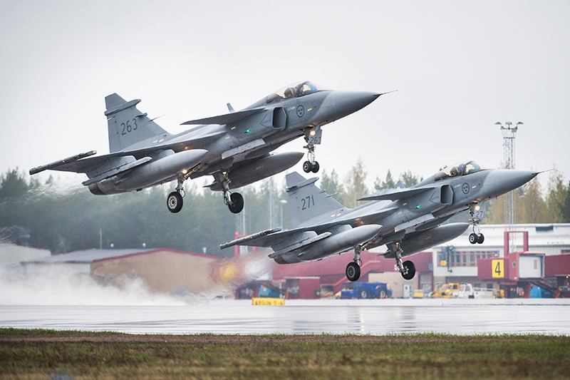 En rote JAS 39 Gripen startar på F21, Luleå.