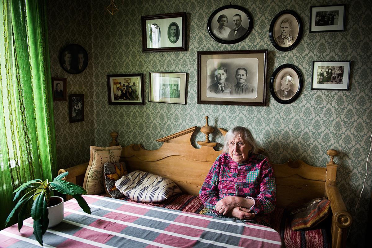 Pesulas lantbruk i Kukkola, norr om Haparanda. Eva Pesula arbetar fortfarande på gården, ansvarig för kalvarna. Sonen Per driver mjölkgården vidare som tredje generationen. Familjen dokumenterades av Sune Jonsson på 60-talet. För Norrbottens Affärer.