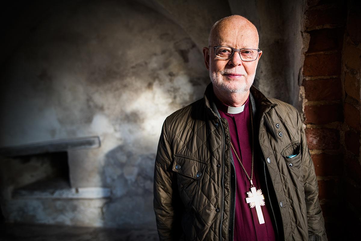 Förre ärkebiskopen K.G. Hammar porträtterad i Gammelstad för tidningen Kyrknyckeln.