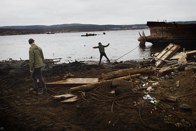 Besök vid skeppskyrkogård utanför Murmansk
