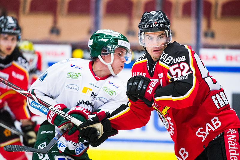 Frölundas Victor Olofsson och Luleås Karl Fabricius under ishockeymatchen i SHL mellan Luleå och Frölunda den 5 oktober 2017 i Luleå.