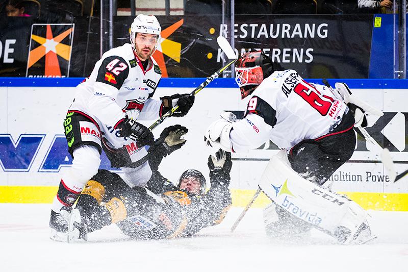 Malmö Redhawks Niklas Arell och Skellefteås Andreas Wingerli under ishockeymatchen i SHL mellan Skellefteå och Malmö Redhawks den 7 oktober 2017 i Skellefteå.